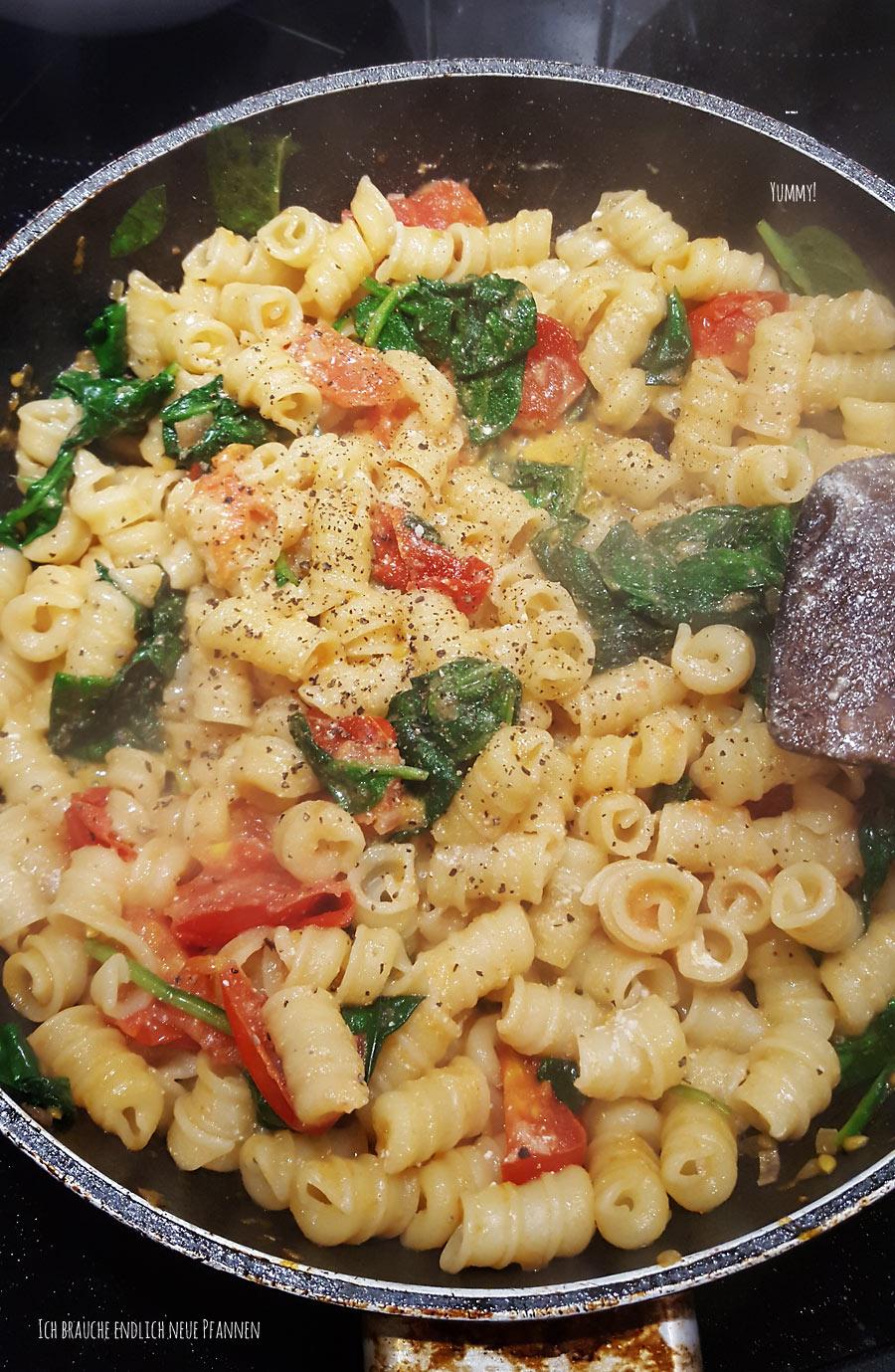 Schnell, einfach & frisch: Nudeln mit frischem Spinat und Tomaten