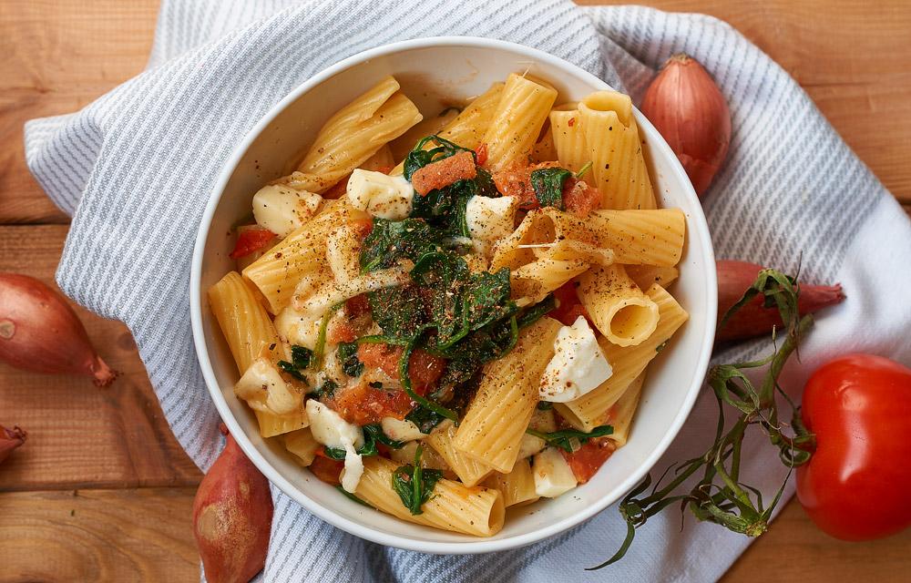 Pasta mit Tomaten und frischem Spinat   Pasta with Tomatoes and fresh Spinach   Rezept auf carointhekitchen.com