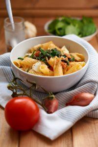 Pasta mit Tomaten und frischem Spinat | Pasta with Tomatoes and fresh Spinach | Rezept auf carointhekitchen.com