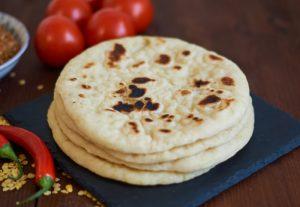 indisches Naan aus der Pfanne   Indian Naan Bread from Stove Top   Tawa Naan   Rezept auf carointhekitchen.com   #Naan #Brot #Bread #indian #indisch #Rezept #Recipe