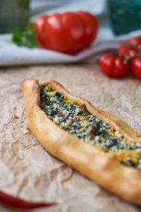 Grundrezept für türkisches Pide + Spinat Käse Füllung   Turkish Pide with Cheese Spinach Filling   Rezept auf carointhekitchen.com   #türkische #Küche #turkish #food #pide #pizza