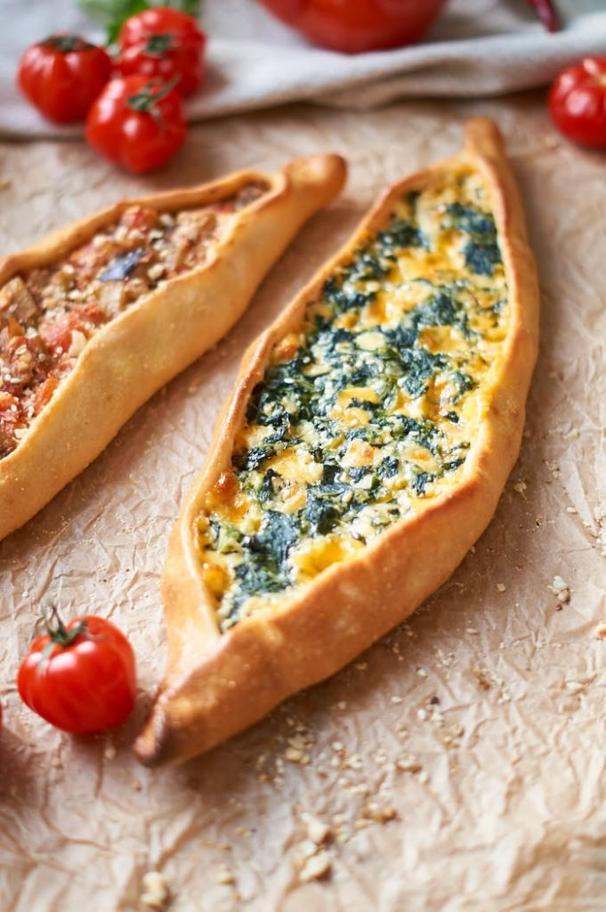 Grundrezept für türkisches Pide + Spinat Käse Füllung | Turkish Pide with Cheese Spinach Filling | Rezept auf carointhekitchen.com | #türkische #Küche #turkish #food #pide #pizza