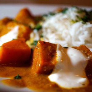 Indisches Süßkartoffel Curry mit Erdnuessen - würzig, scharf und unglaublich lecker - Rezept auf carointhekitchen.com