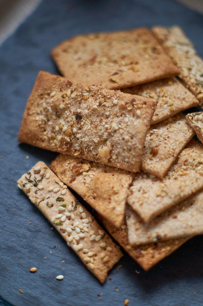 Dukkah und Sesam Thymian Cracker mit Hummus | Dukkah and Sesame Thyme Cracker with Hummus | Rezept auf carointhekitchen.com