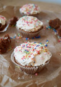 Fluffige Schoko Cupcakes - Chocolate Cupcakes - Rezept auf carointhekitchen.com