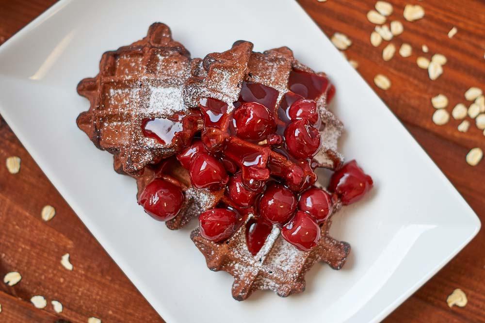 Waffeln mit Haferflocken und Kakao - Breakfast Waffles w/ Oats and Cacao | carointhekitchen.com