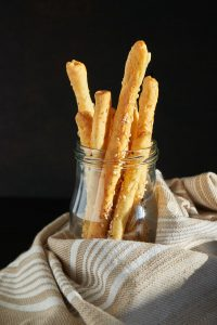 Knusprige Oregano Sesam Käsestangen - Crunchy Cheese Sticks with Oregano & Sesame - Rezept auf carointhekitchen.com