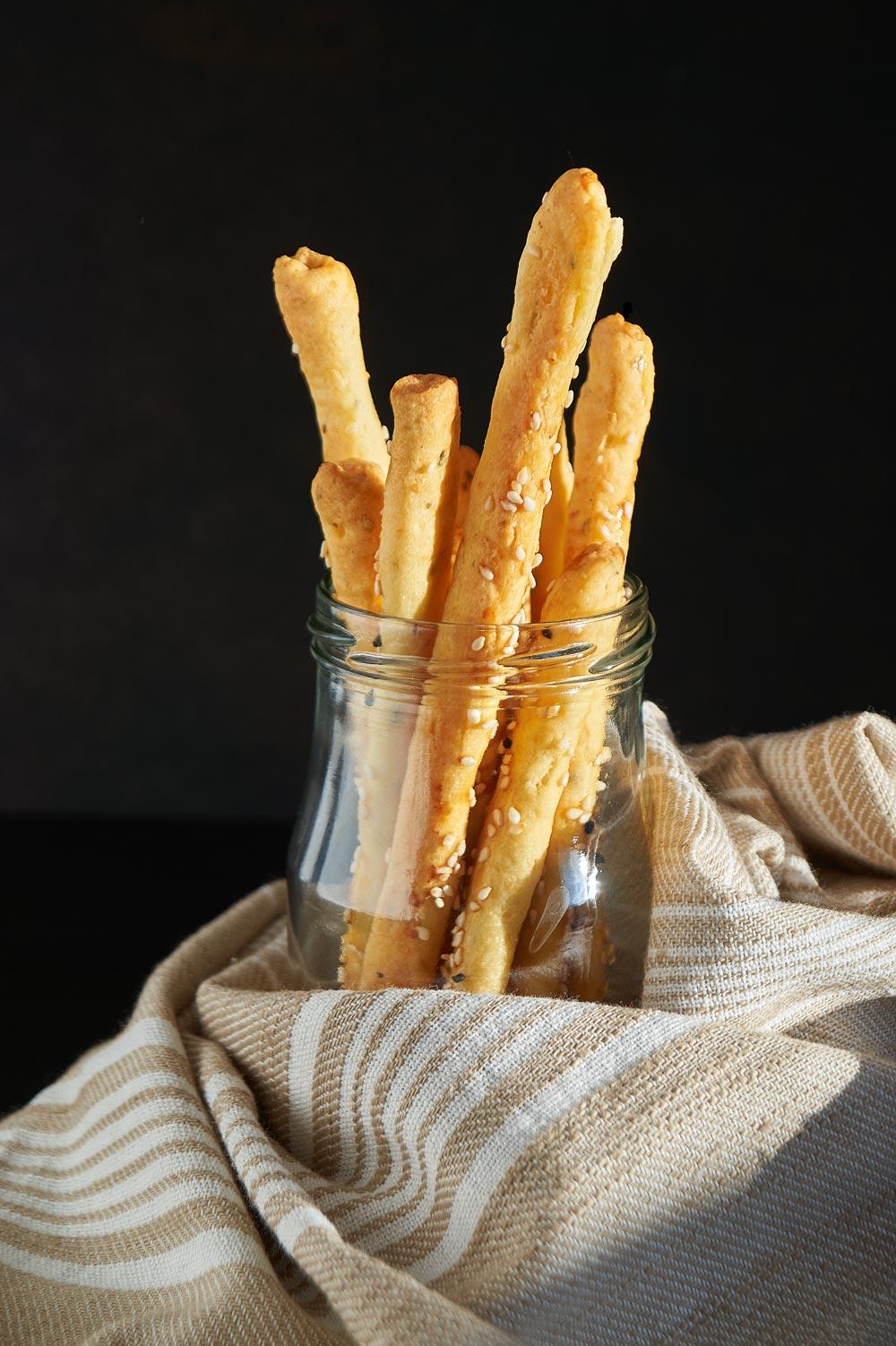 Knusprige Oregano Sesam Käsestangen - Crunchy Cheese Sticks with Oregano & Sesame - Rezept auf carointhekitchen.com