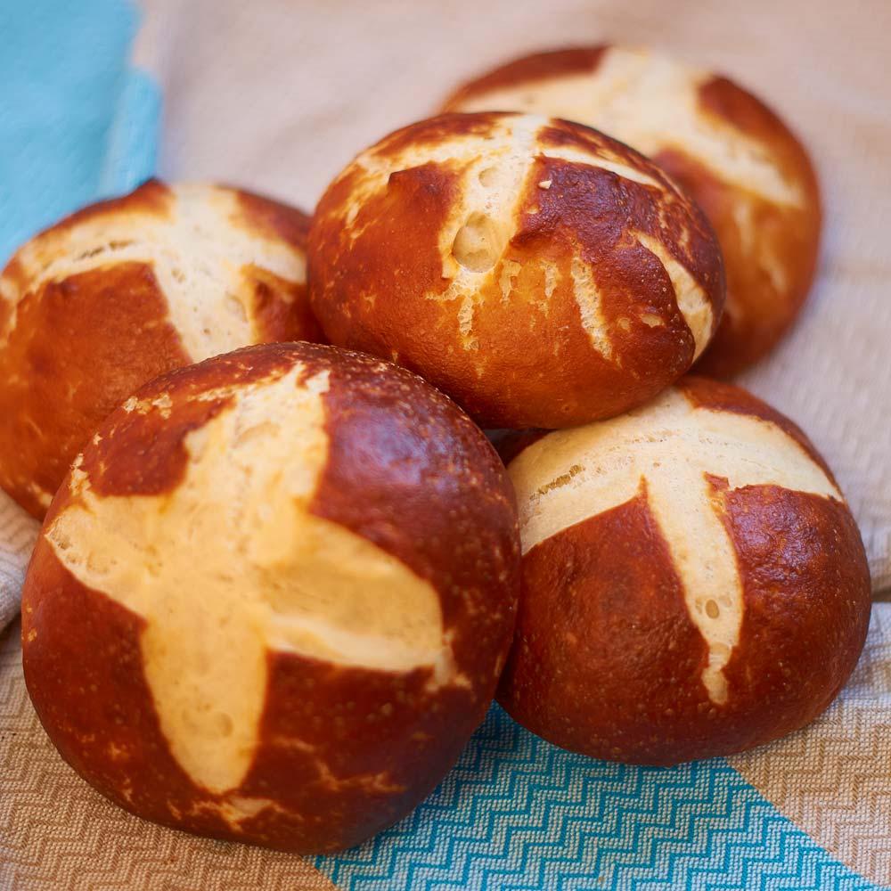 Laugenbrötchen - Pretzel Buns - Rezept auf carointhekitchen.com