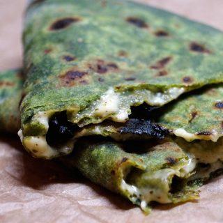 Palak Paratha - Cheese stuffed Spinach Flatbread - Spinat Fladenbrot gefüllt mit Hirtenkäse - Rezept auf carointhekitchen.com