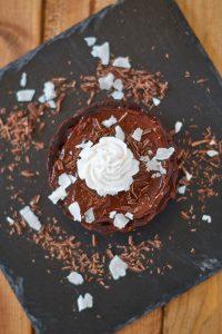 Kleine vegane no-bake Schoko Tartelettes mit Avocado Schokoladen Creme | vegan raw chocolate tartelette wi/ avocado chocolate pudding | Rezept auf carointhekitchen.com | #Schokolade #Avocado #Tarte #Törtchen #raw #vegan #no-bake #ohne #backen #chocolate #tartelette