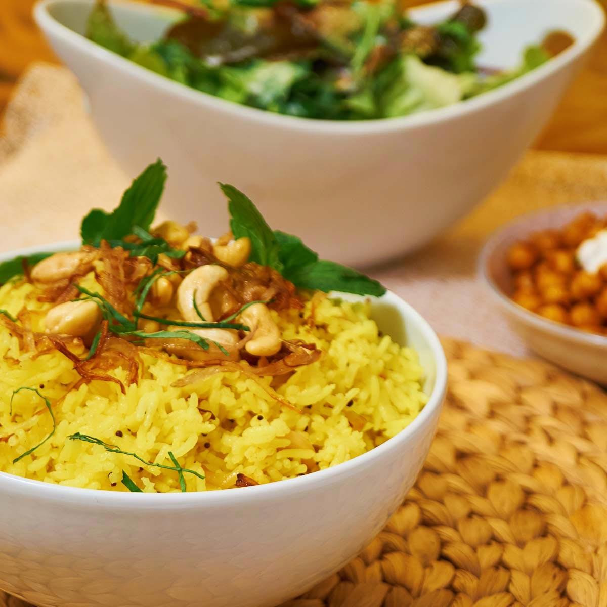Zitronen Reis mit gerösteten Cashews und Zwiebeln - Lemon Rice with roasted Cashews and Onions - Rezept auf carointhekitchen.com