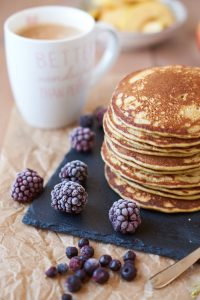 Bananen Matcha Pancakes   Rezept auf carointhekitchen.com   #pancakes #pfannkuchen #banana #Rezept #recipe