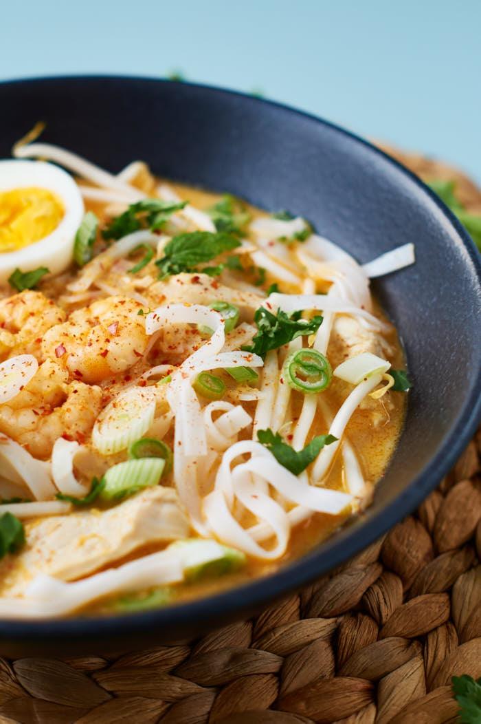 Laksa   Curry Nudelsuppe aus Singapur   Singaporean Curry Noodle Soup   Rezept auf carointhekitchen.com   #recipe #curry #soup
