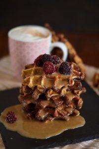 marmorierte Waffeln mit Dattel Karamell Sauce | Marbled Vanilla Chocolate Waffles with Date Caramel Sauce | Rezept auf carointhekitchen.com | #waffel #waffles #date #caramel #rezept #recipe