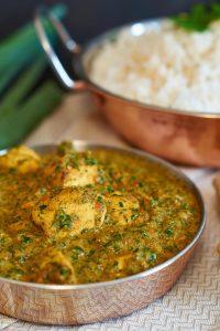 Palak Chicken   indisches Curry mit Hühnchen und Spinat   Indian Curry w/ Chicken & Spinach   Rezept auf carointhekitchen.com   #palak #chicken #Hühnchen #Spinat #Chicken #Spinach #indian #Curry #indisch