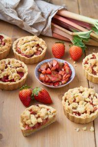 Rhabarber Erdbeer Streusel Tartelettes mit Puddingfüllung | Rhubarb Strawberry Tartelettes | Rezept auf carointhekitchen.com | #Erdbeer #Rhabarber #Streusel #Tartelettes #Küchlein #Kuchen #Rezept #rhubarb #strawberry #tarte #recipe