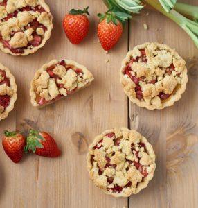 Rhabarber Erdbeer Streusel Tartelettes mit Puddingfüllung   Rhubarb Strawberry Tartelettes   Rezept auf carointhekitchen.com   #Erdbeer #Rhabarber #Streusel #Tartelettes #Küchlein #Kuchen #Rezept #rhubarb #strawberry #tarte #recipe