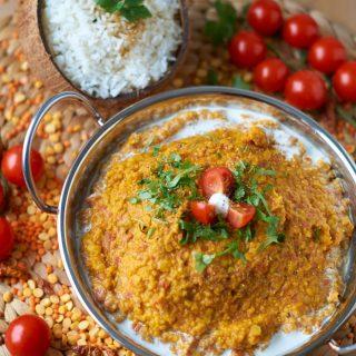 Rote und Gelbe Linsen Dal mit Tomaten
