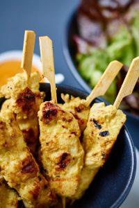 Saté Spieße mit Curry Erdnuss Dip | Satay Chicken Skewers w/ Curry Peanut Dip | Rezept auf carointhekitchen.com