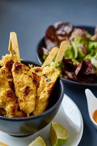 Saté Spieße mit Curry Erdnuss Dip   Satay Chicken Skewers w/ Curry Peanut Dip   Rezept auf carointhekitchen.com