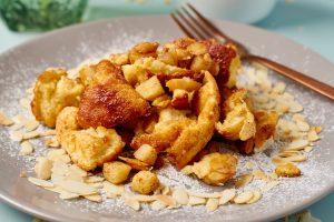 Fluffiger Apfelschmarrn mit warmer Vanillesauce   Fluffy Shredded Pancake with warm Vanilla Sauce   Rezept auf carointhekitchen.com   #Kaiserschmarrn #lecker #Österreich #kochen #backen