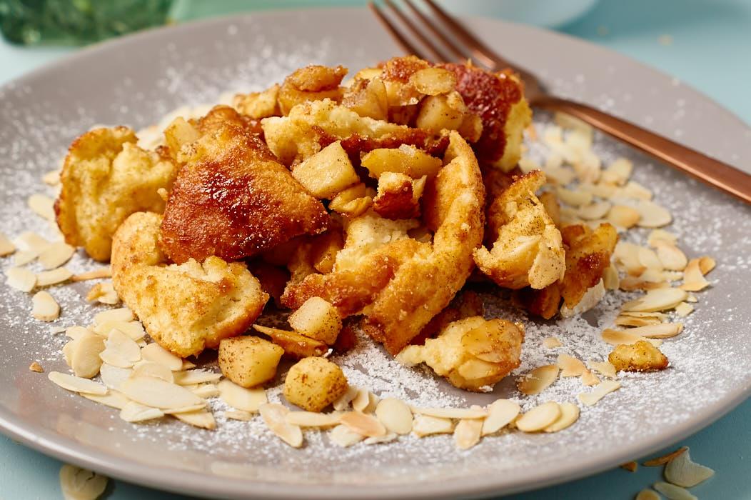 Fluffiger Apfelschmarrn mit warmer Vanillesauce | Fluffy Shredded Pancake with warm Vanilla Sauce | Rezept auf carointhekitchen.com | #Kaiserschmarrn #lecker #Österreich #kochen #backen