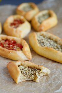 Mini Pide mit Za'atar Käse Füllung   Turkish Pide with Za'atar Cheese Filling   Rezept auf carointhekitchen.com   #Vegetarisch #vegetarian #recipe #pizza