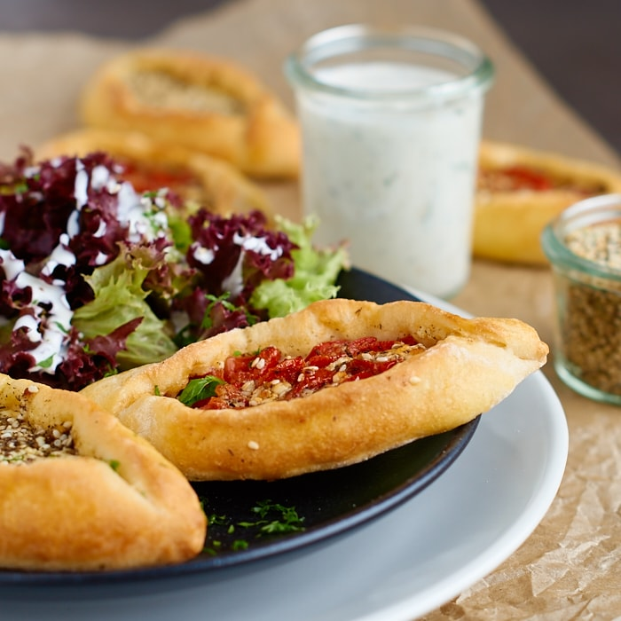 Mini Pide mit Za'atar Käse Füllung | Turkish Pide with Za'atar Cheese Filling | Rezept auf carointhekitchen.com | #Vegetarisch #vegetarian #recipe #pizza