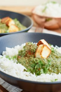 Palak Paneer | indisches Curry mit Spinat und Paneer (indischer Frischkäse) | Indian Curry with Spinach and Paneer | Rezept auf carointhekitchen.com