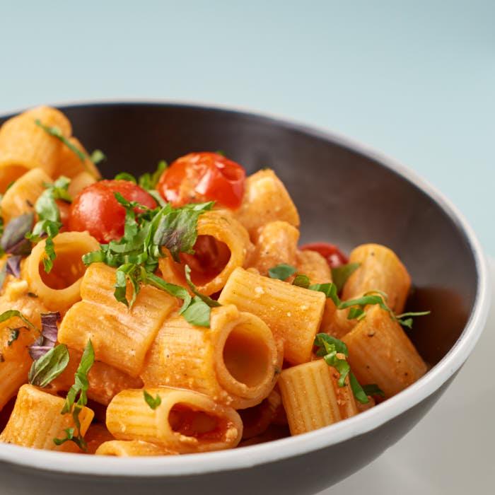 Pasta mit Kirschtomaten und Feta | Pasta with Cherry Tomatoes and Feta Cheese | Rezept auf carointhekitchen.com | #Nudeln #Noodles #fast #easy