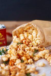 Paprika Thymian Popcorn - gewürztes Popcorn selbst herstellen | Red Pepper Thyme Popcorn | Rezept auf carointhekitchen.com | #snack #selfmade #recipe