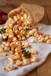 Paprika Thymian Popcorn - gewürztes Popcorn selbst herstellen   Red Pepper Thyme Popcorn   Rezept auf carointhekitchen.com   #snack #selfmade #recipe