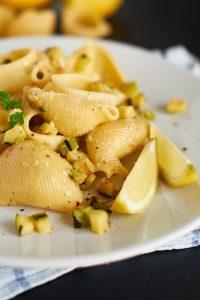 Zucchini Feta Pasta   Zucchini Feta Cheese Pasta   Rezept auf carointhekitchen.com/zucchini-feta-pasta/   #pasta #nudeln #gericht #pasta #vegetarisch #gemüse #vegetables