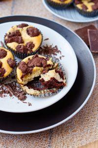 Zupfkuchen Muffins | Chocolate Crumble Cheesecake | Rezept auf carointhekitchen.com | #muffins #cakes #chocolate #dessert #kuchen