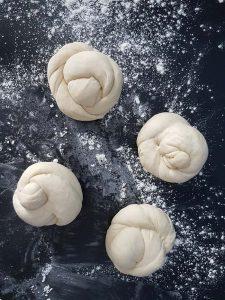 Laugenknoten (Pretzel Knots) - Rezept für frische selbstgebackenen Laugenknoten mit Dinkelmehl   Pretzel Knots with Spelt Flour   carointhekitchen.com   #recipe #laugengebäck #laugenbrötchen #laugenknoten #dinkelmehl #backen #brötchen