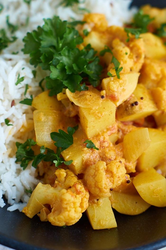 Rezept für Aloo Gobi Masala - ein indisches Curry mit Kartoffeln und Blumenkohl | Indian Potato Cauliflower Curry | carointhekitchen.com | #kartoffel #blumenkohl #curry #indisch #einfach #recipe #rezept