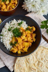 Rezept für Aloo Gobi Masala - ein indisches Curry mit Kartoffeln und Blumenkohl   Indian Potato Cauliflower Curry   carointhekitchen.com   #kartoffel #blumenkohl #curry #indisch #einfach #recipe #rezept