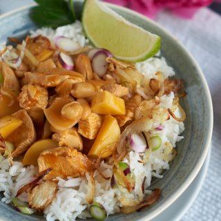 Massaman Curry mit Hühnchen, Kartoffeln und Erdnüssen