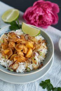 Thailändisches Massaman Curry mit Hühnchen, Kartoffeln und Erdnüssen   Massaman Thai Curry with Chicken, Potatoes and Peanuts   carointhekitchen.com   #recipe #curry #thai #food #easy #exotic