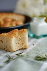 Supersoftes Rosmarin Focaccia mit über-Nacht-Option   Rosemary Focaccia   Rezept auf carointhekitchen.com   #einfach #italienisch #italian #brot #bread #herbs #easy #recipe