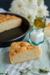 Supersoftes Rosmarin Focaccia mit über-Nacht-Option | Rosemary Focaccia | Rezept auf carointhekitchen.com | #einfach #italienisch #italian #brot #bread #herbs #easy #recipe