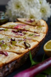 Schneller Flammkuchen mit Frühlingszwiebeln und Saurer Sahne - schnell & einfach perfekt nach einem langen Arbeitstag | Tarte Flambée with Spring Onions and Sour Cream | carointhekitchen.com | #recipe #flammkuchen #einfach #schnell #gesund #dinkelmehl #rezept