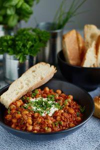 Chili con Carne mit Kichererbsen {schnell & einfach}   TIPP: für eine vegetarische Variante Hack durch Quinoa, Bulgur, o.ä. ersetzen  Chili con Carne with Chickpeas   Rezept auf carointhekitchen.com   #chili #stew #eintopf #schnell #einfach #lecker #hackfleisch #kichererbsen #ground #beef #chickpeas