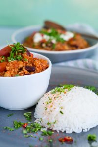 Chili sin Carne mit Quinoa Kichererbsen und Kidneybohnen   Chili sin Carne with Quinoa, Chickpeas and Kidney Beans   Rezept auf carointhekitchen.com   #rezept #vegan #vegetarisch #quinoa