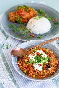 Chili sin Carne mit Quinoa Kichererbsen und Kidneybohnen | Chili sin Carne with Quinoa, Chickpeas and Kidney Beans | Rezept auf carointhekitchen.com | #rezept #vegan #vegetarisch #quinoa