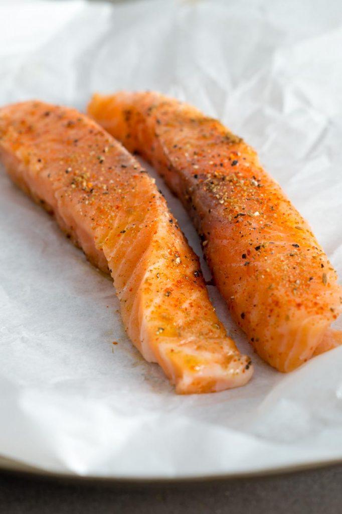 Pulled Lachs Baguette mit frischer Joghurtsauce: sommerlich leicht | Pulled Salmon Baguette with Yoghurt Sauce | Rezept auf carointhekitchen.com | #rezept #recipe #lachs #schnell #einfach #feierabendküche