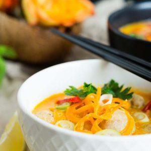 Gelbe Curry Suppe mit Bratwurstbällchen und Möhren-Nudeln {schnell & einfach}   Yellow Curry Soup with Meatballs and Carrot Noodels   Rezept auf carointhekitchen.com   #recipe #lecker #einfach #schnell #resteverwertung