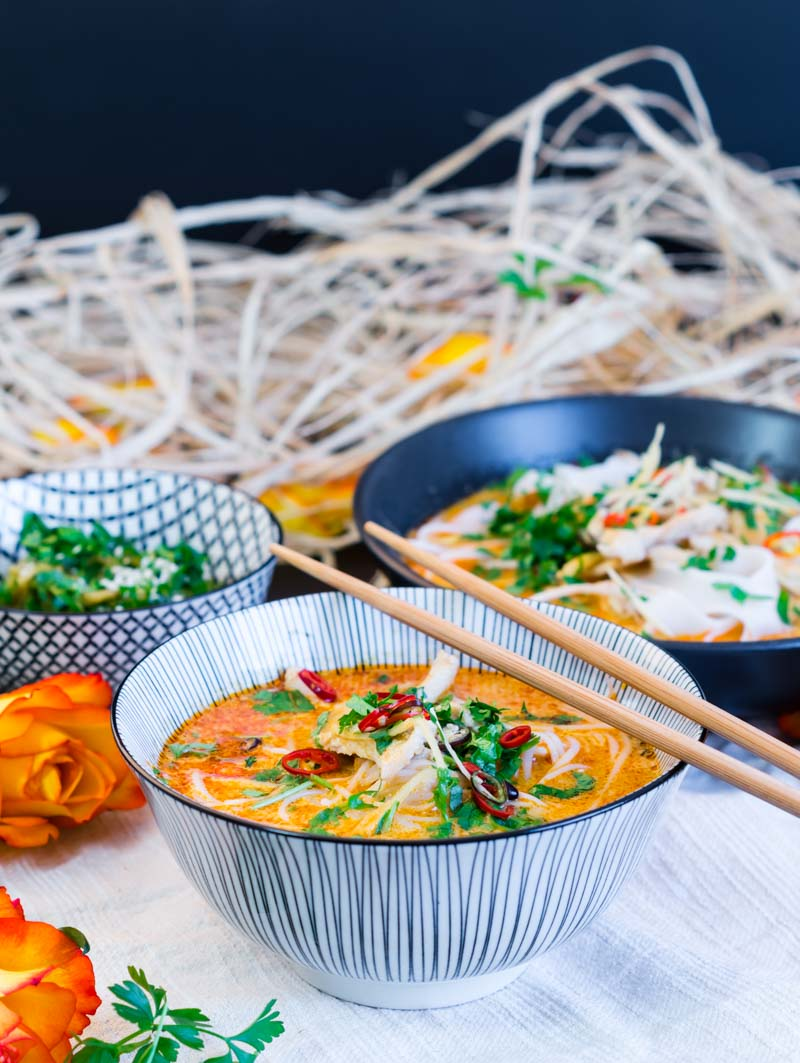 Rote Curry Nudelsuppe mit Sproßen und Hühnchen | schnell & einfach | Red Curry Noodle Soup with Sprouts and Chicken | Rezept auf carointhekitchen.com | #recipe #curry #soup #suppe