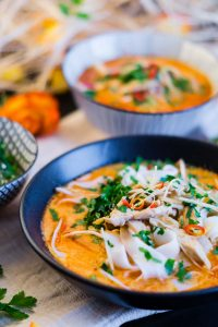 Rote Curry Nudelsuppe mit Sproßen und Hühnchen   schnell & einfach   Red Curry Noodle Soup with Sprouts and Chicken   Rezept auf carointhekitchen.com   #recipe #curry #soup #suppe